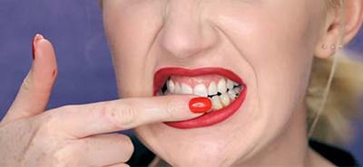 کمبود بزاق باعث می شود پوست اطراف دهان خشک و زبر شود و لب ها ترک بخورند