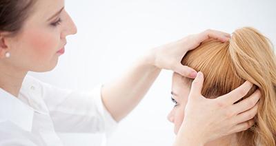 در مواردی پزشک با بررسی میکروسکوپی مو علل ریزش آنرا می یابد