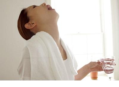 غرغره آب نمک برای گلودرد بسیار مفید است